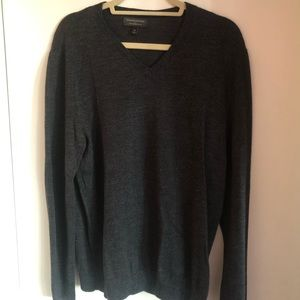 Banana Republic Wool v-neck sweater. Men's M
